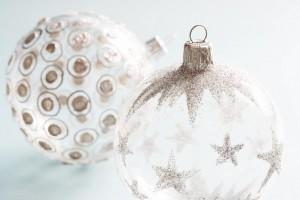 Weihnachtskugel mit Sternen