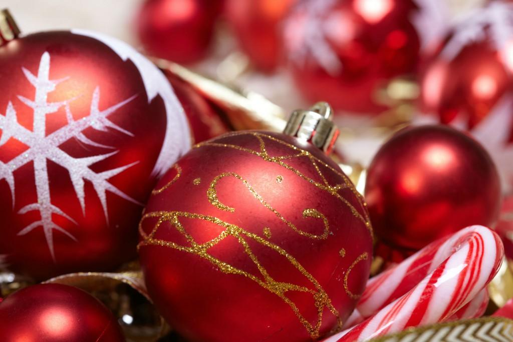 Rote Weihnachtskugeln für Weihnachtsbaum