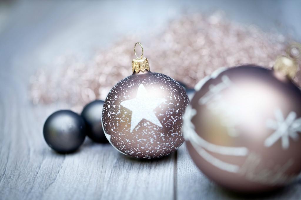 silberne und bronzefarbige Weihnachtskugeln für Weihnachtsbaum